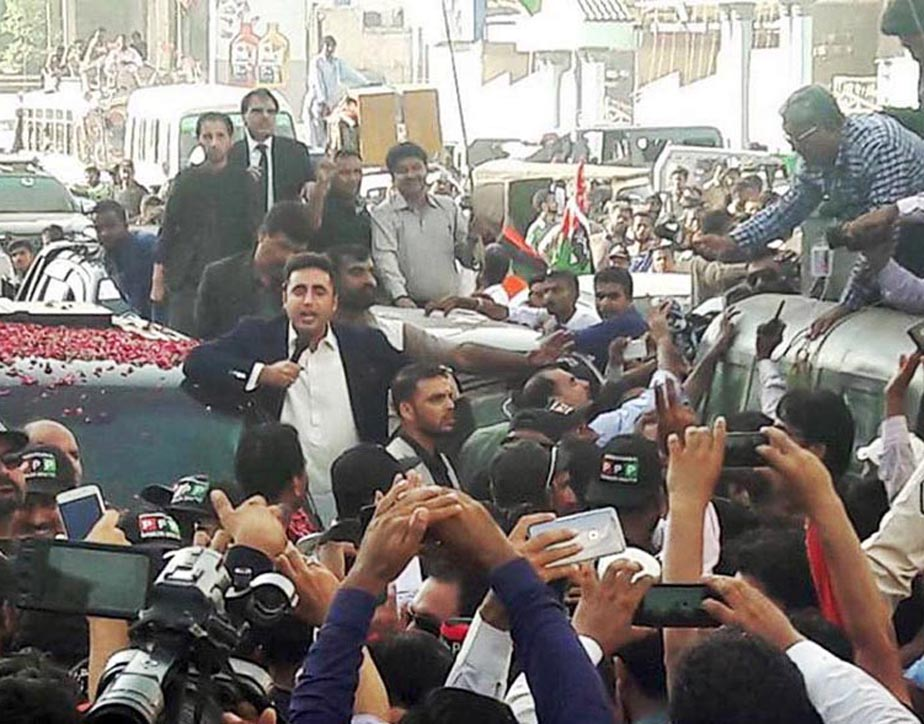 Px22-063 KARACHI: Sep22 – Chairman PPP Bilawal Bhutto Zardari addressing workers during his visit to Lyari. ONLINE PHOTO